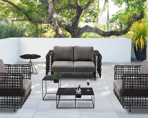 Desain ruang duduk outdoor karya Kenneth Cobonpue (sumber: houzz.com)