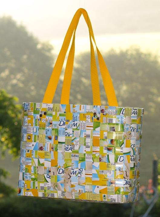 Harga tas cantik hasil kerajinan dari plastik bernilai jual tinggi lho. Sumber: Pixabay