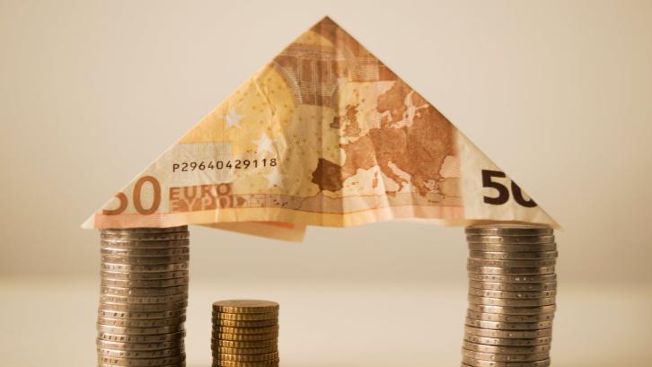 Uang tanda jadi merupakan salah satu biaya yang dibayar untuk beli rumah pertama. (Sumber: pexels.com)