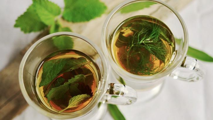 Teh merupakan salah satu daun yang bisa diolah menjadi sebuah minuman yang menyegarkan. (Foto: Pixabay - congerdesign)