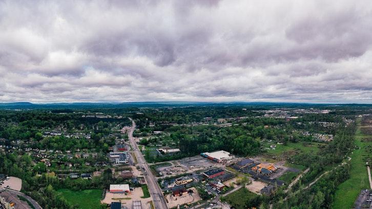 Selalu mencari informasi dan berita terbaru mengenai industri properti di perkotaan jika anda ingin beli rumah dekat stasiun. (Foto: Pexels)