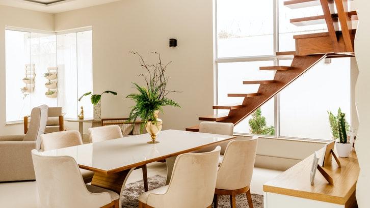 Agar lebih nyaman, sebaiknya Anda telah menyiapkan sebagian dana untuk mengisi perabotan rumah pertama. (Sumber: pexels.com)