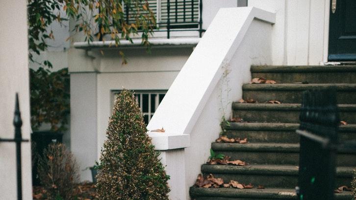 Kelebihan dari membeli rumah bekas adalah harga yang lebih terjangkau dibandingkan rumah baru. (Sumber: pexels.com)