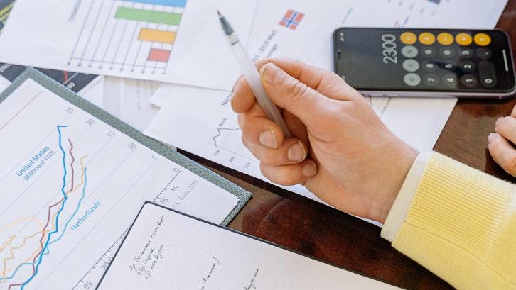 Agen spesialis properti dapat memberikan saran lokasi yang tepat untuk beli rumah pertama Anda. (Sumber: pexels.com)
