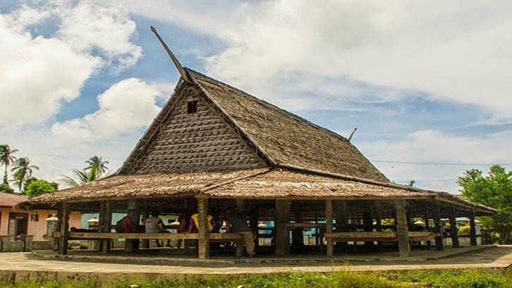 4. rumah adat maluku