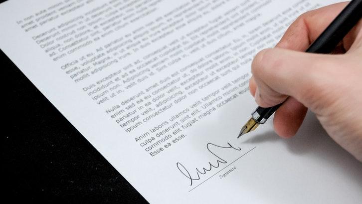 Pengembang biasanya juga akan meminta tanda tangan Anda di dalam surat pesanan. (Foto: Pexels)