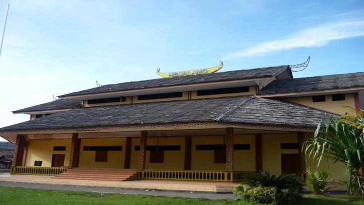 Hibualamo merupakan gabungan dari dua kata yakni Hibua yang berarti rumah, dan Lamo yang berarti Besar. Sumber: mapio.net