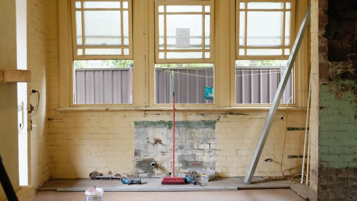 Beli rumah bekas dengan usia efektif bangunan yang sudah tua memiliki resiko renovasi dengan biaya yang tidak sedikit. (Sumber: Pexels.com)