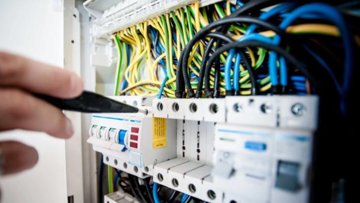 Mengecek kondisi kelistrikan sebelum beli rumah bekas wajib dilakukan untuk memastikan tidak ada kerusakan aliran listrik. (Sumber: Pexels.com)