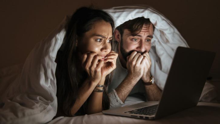 Ada banyak pilihan film horor terseram yang bisa Anda tonton di rumah. (Foto: Freepik)