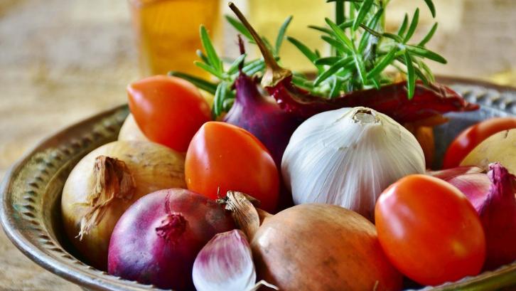 Bawang merah dan putih adalah sebuah komoditas pangan yang sangat diperlukan bagi masyarakat Indonesia. (Foto: Pixabay - Rita E)