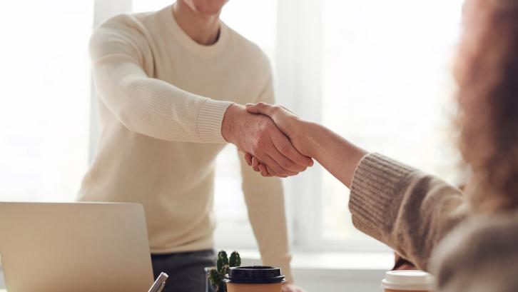 Mulailah untuk mencari relasi dan rekan bisnis. (Foto: Pexels - fauxels)