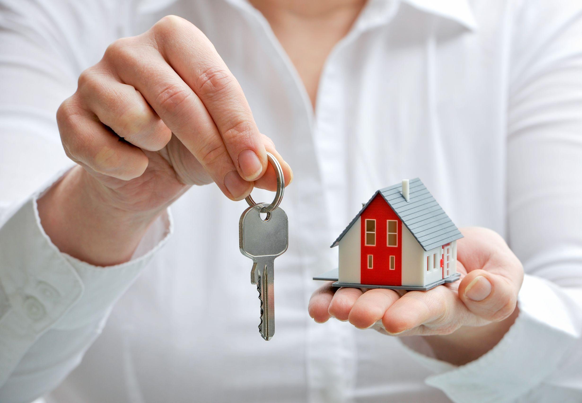 18148502 - real estBeli rumah di pameran properti menjadi ajang bagi banyak orang untuk mendapatkan hunian terbaiknya.ate agent with house model and keys