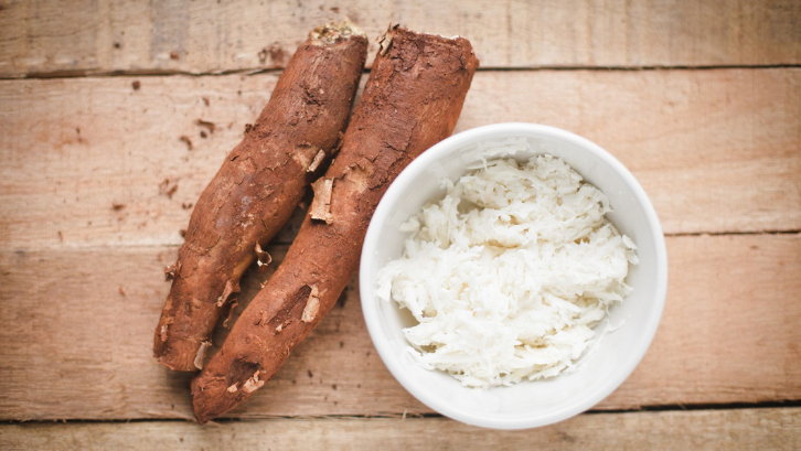 Singkong merupakan sumber karbohidrat yang baik. (Foto: The Spruce Eats)