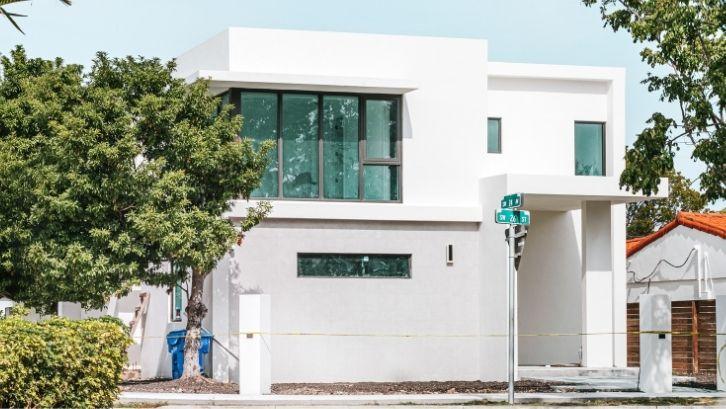 Rooftop bisa dimanfaatkan secara maksimal untuk rumah yang memiliki lahan terbatas (foto: Archdaily)