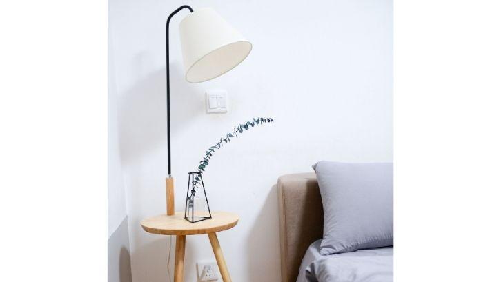 Menggunakan lampu hias dengan material kayu dan metal memberikan kesan artistic (foto: Pexels - Buenosia)