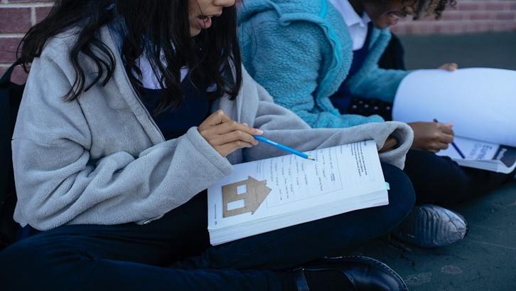 Mematuhi protokol kesehatan merupakan aturan pertama yang wajib diikuti siapapun yang berada di sekolah. Sumber: Pexels