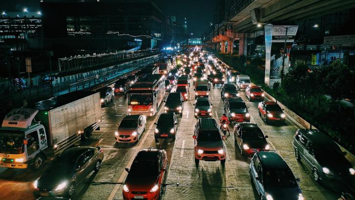 Kemacetan pada kota-kota besar bisa muncul akibat urbanisasi. (Foto: Pexels - Mikechie Esparagoza)