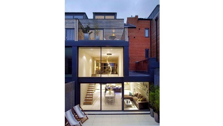 Memanfaatkan jendela lebar untuk memberikan efek luas di rumah (Foto: SF Gate)