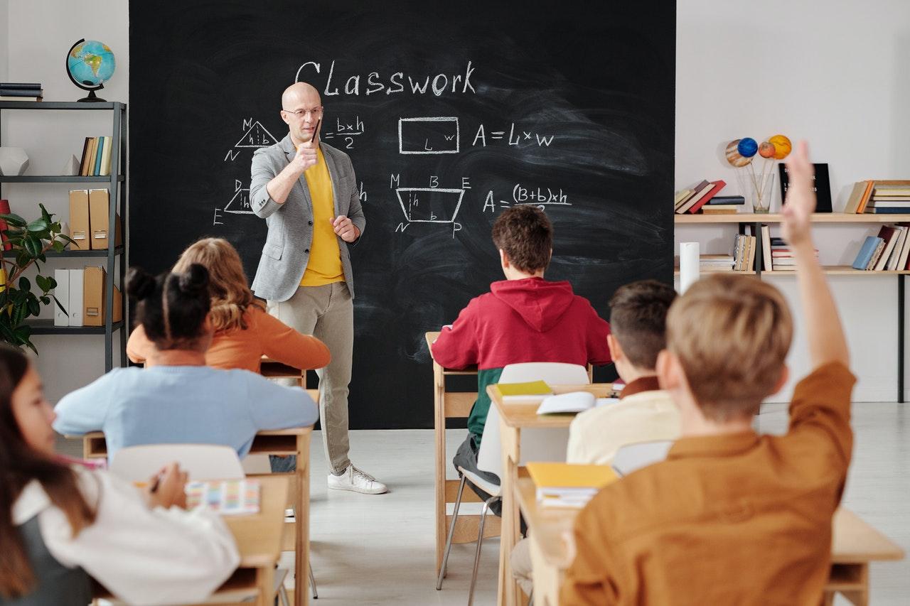 Kelebihan sekolah tatap muka salah satunya interaksi antara guru dan murid bisa berlangsung lebih efektif. Sumber: Pexels