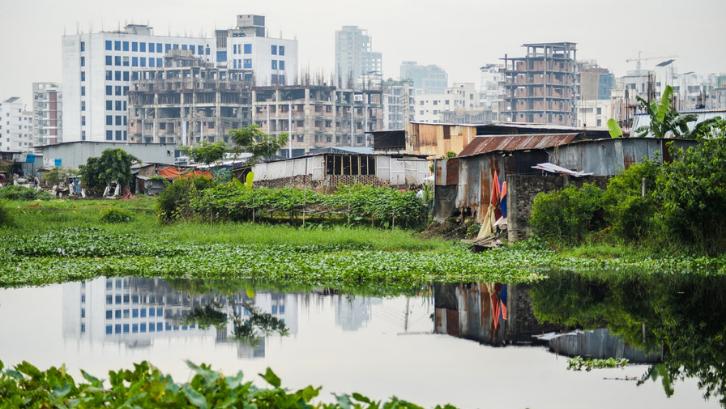 Munculnya daerah kumuh menjadi salah satu dampak dari urbanisasi. (Foto: Pexels - Shadman H.)