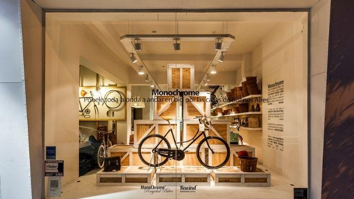 Saat mendesain toko sepeda, bikin rancangan penempatan produk (foto: Plataforma Arquitectura)