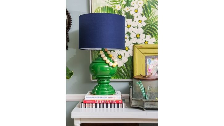 Mainkan warna-warna menyala pada lampu hias kamar tidur Anda (foto: Amanda Louise Interiors)