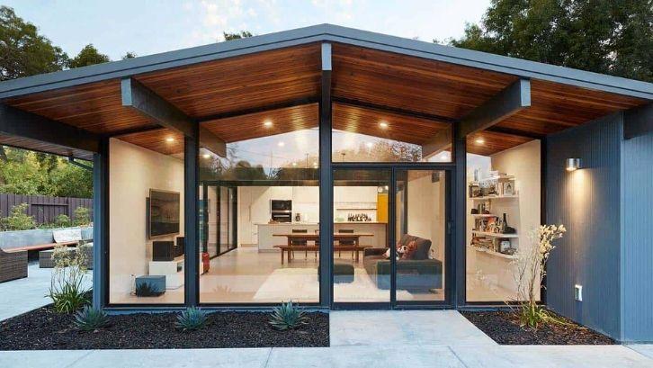 Manfaatkan lahan di belakang rumah sebagai balkon (foto: Style Motivation)