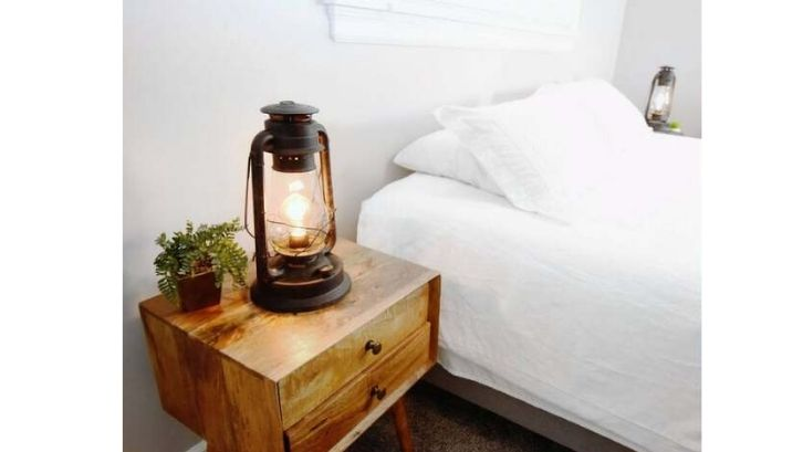 Tidak hanya selalu modern, kamar tidur juga bisa dibuat klasik dengan menambah lampu kamar tidur bergaya lentera tempo dulu. (foto: DIY n Crafts)