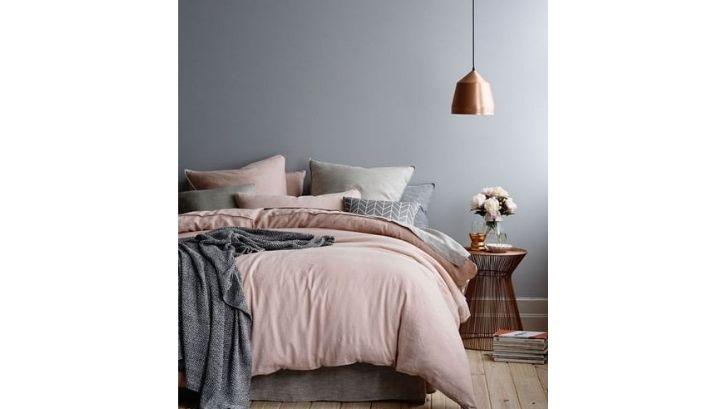Pemilihan warna-warna romantis untuk kamar tidur minimalis pengantin baru. Foto: (New Decor Trends)