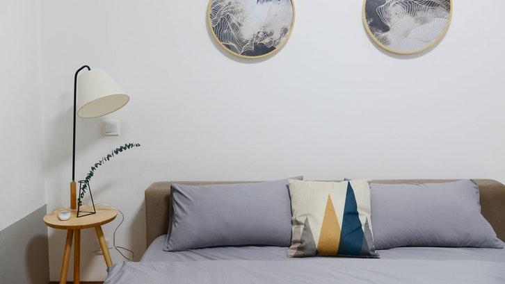 Kamar tidur sederhana tetap perlu didekor agar menampilkan kepribadian pemiliknya. (Foto: Buenosia Carol/Pexels)