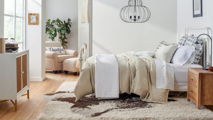 Karpet membuat kesan kamar tidur sederhana menjadi hangat. (Foto: Overstock.com)