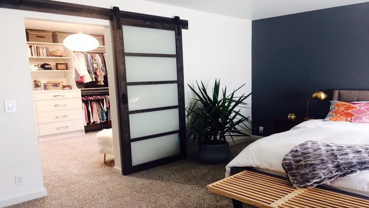 Ruang wardrobe dan kamar tidur sederhana berdampingan. (Foto: Closet of Tulsa)