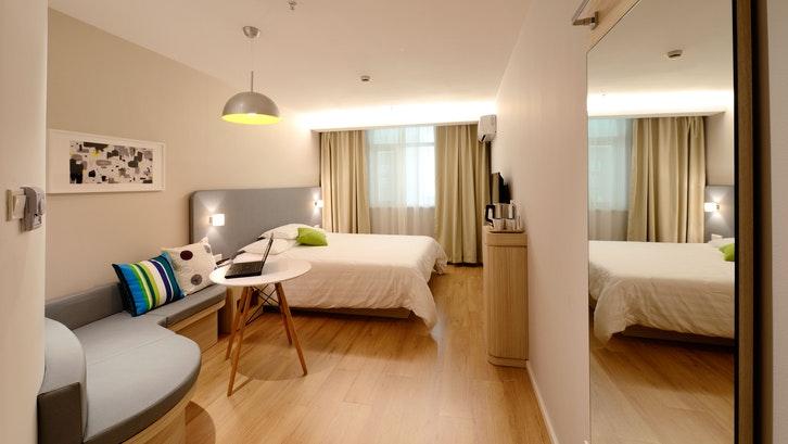Letakkan lampu dengan model chic pada fokus utama kamar tidur sederhana. (Foto: Pixabay)