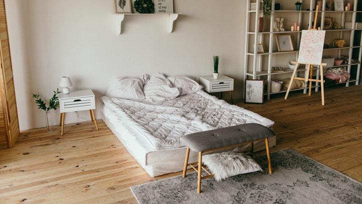 Sentuhan natural membuat kamar tidur sederhana terasa sejuk. (Foto: Dmitry Zvolskiy/Pexels)