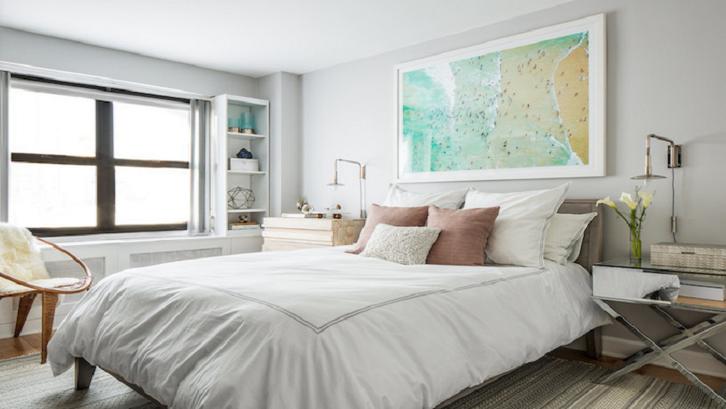 Warna netral meningkatkan kenyamanan kamar tidur sederhana. (Foto: Decormag)