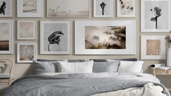 Art print dalam frame disusun membentuk gallery wall. (Foto: Desenio)