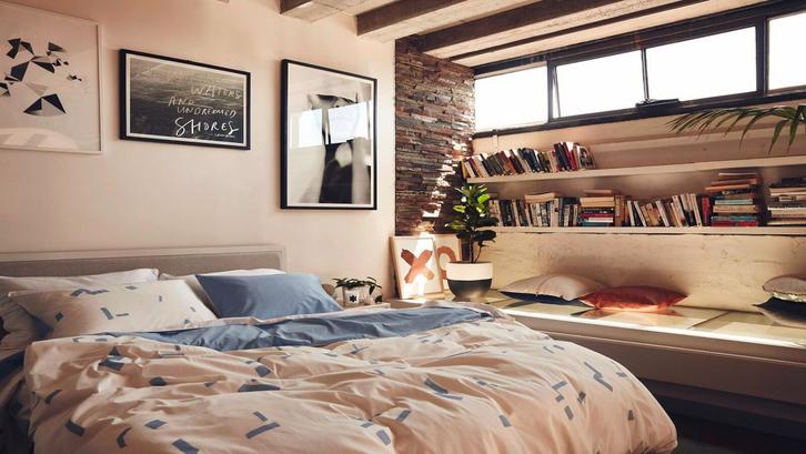 Bagi Anda yang tidak bisa terpisah dari buku-buku di kamar tidur sederhana. (Foto: Hunting for George)