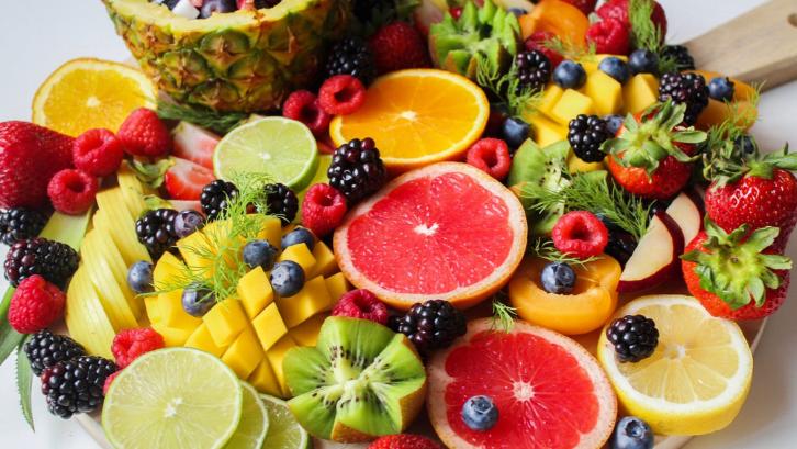 Variasikan buah-buahan yang Anda konsumsi setiap harinya. (Foto: Pexels - Trang Dong)
