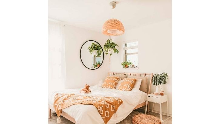 Desain kamar tidur minimalis aesthetic mampu memberikan efek menyenangkan saat berada di kamar. Foto: (Green Wedding Shoes)