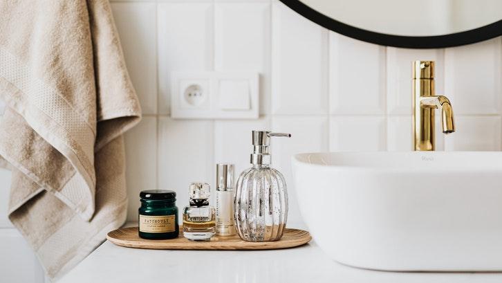 Cari material yang tahan air untuk wastafel kamar mandi Anda. (Foto: Karolina Grabowska-Pexels)