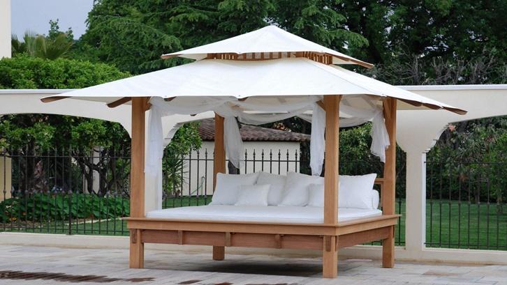 Dengan kelambu, gazebo bambu bisa dirombak menjadi tempat tidur siang yang nyaman. Foto: Pinterest