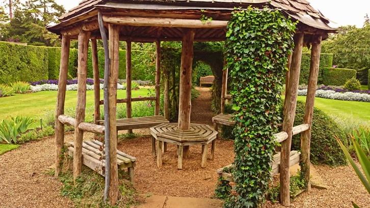Gazebo bambu desain terbuka membuat Anda bisa mendapatkan hawa yang lebih segar. Foto: Own The Yard