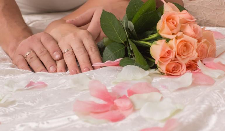 Bilik tidur suami isteri kena romantik baru lega tekanan berumahtangga. Antara tipsnya pastikan bilik tidur warna cerah, cadar dan bantal lembut dan tiada gajet dalam bilik tidur anda!