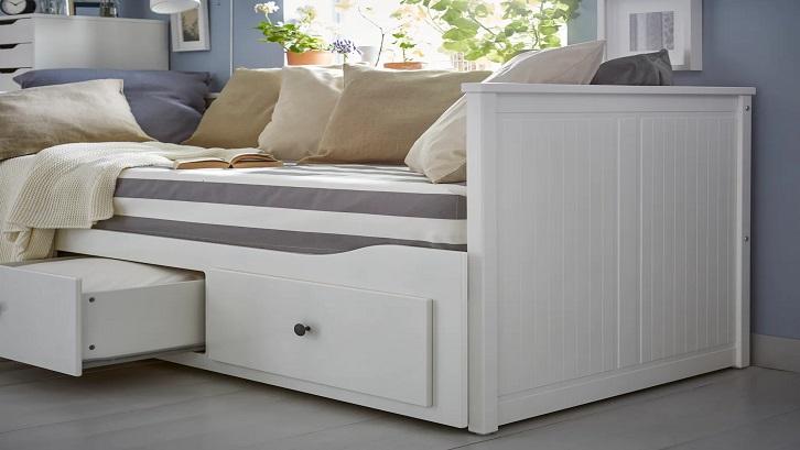 Fungsi sofa, tempat tidur, dan laci penyimpanan menjadi satu kesatuan dari nook berwarna putih ini. Sumber: IKEA