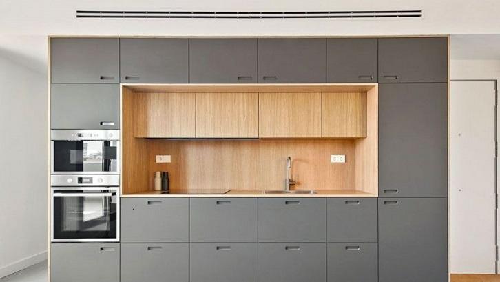 Banyaknya ruang penyimpanan pada segala sisi, kanan, kiri, atas, dan bawah membuat dapur ini terasa lapang. Sumber: Architecture and Designs