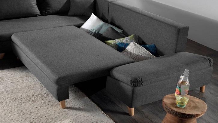 Kalau ditarik, sofa ini jadi lebih panjang ukurannya dan bisa digunakan untuk tidur atau berbaring meluruskan otot-otot tubuh. Sumber: Homes Fornh