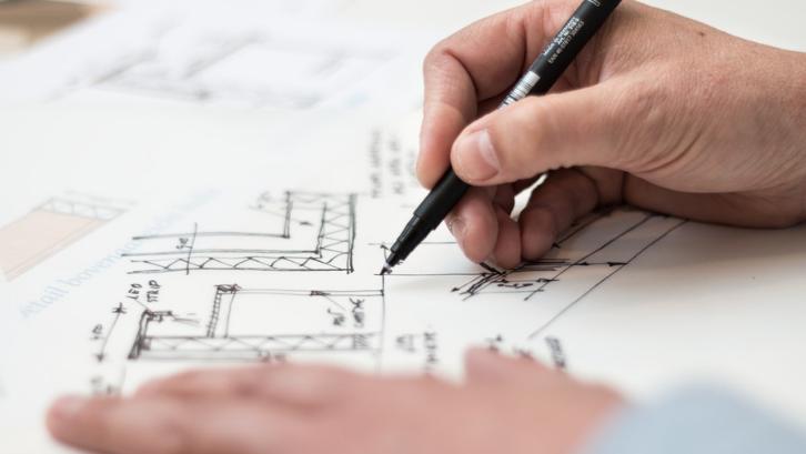 Membangun rumah 2 lantai memerlukan beberapa perhitungan. (Foto: Pexels - Lex Photography)