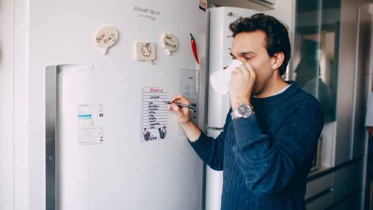 Kulkas dengan kualitas yang baik tidak harus selamanya dijual dengan harga mahal. (Foto: Pexels - Helena Lopes)