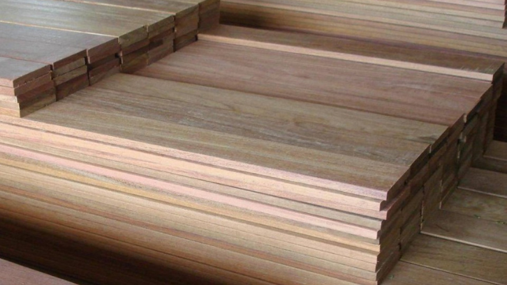 Meskipun mahal, tropical plywood sangat kuat dan mampu untuk digunakan dalam waktu lama. (Foto: The Upstyle Wood Guide)
